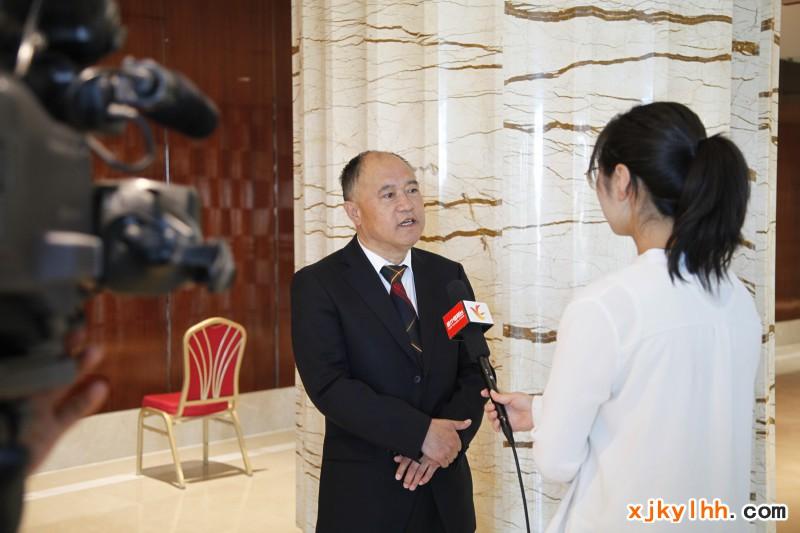 新疆矿业联合会副会长张志敏接受媒体采访